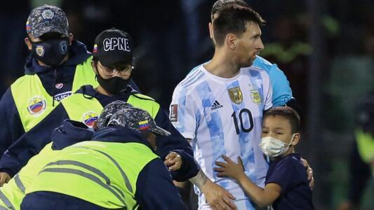 """""""Que siguiera mis sueños"""": eso le dijo Messi al niño venezolano que entró al campo de juego para abrazarlo"""