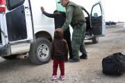 Padres indocumentados que recojan a niños detenidos por cruzar la frontera no serían deportados