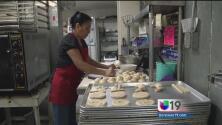 Una panadera se levanta temprano para trabajar con la masa y mantener a su familia