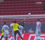 ¡El partido es de Colombia! Dos palos en un minuto de Barrios y Mina