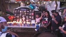 """""""Era muy buena persona"""", decenas de personas se reúnen para honrar la vida de Isaac Aguilar en una vigilia en el oeste de San Antonio"""