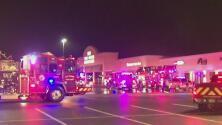 Bomberos controlan incendio en un centro comercial en el área de Jersey Village, en el condado Harris