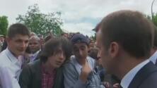 """""""Me puedes decir señor presidente de la República"""": el regaño de Macron a un joven que le llamó 'Manu'"""
