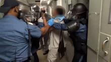 """Video muestra golpiza en cárcel de mujeres de Nueva Jersey durante violentas """"extracciones de celdas"""""""