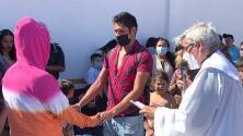 Sacramentos exprés: sacerdote de Nueva York llega a campamento en Tijuana para bautizar a niños y casar a parejas migrantes