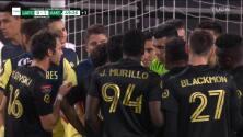 ¡Expulsión! El árbitro saca la roja directa a Eduard Atuesta.