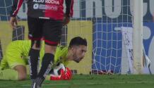 ¡Lo hizo dos veces! Camilo Vargas le niega el gol a Necaxa