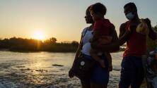 """""""Nadie nos da leche, ni pañales"""": nace un bebé debajo del puente en Del Río, Texas, donde permanecen miles de migrantes"""