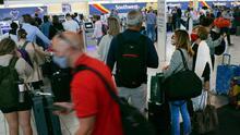 Viajeros en el aeropuerto de Filadelfia afectados por cancelaciones de vuelos de Southwest Airlines