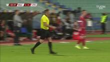 ¡Expulsión! El árbitro saca la roja directa a Nikolay Mihaylov.