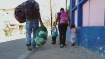 Migrantes quedan en la calle con sus bebés por no querer separarse al llegar a los albergues