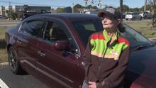 Durante 7 años caminó desde su casa al trabajo, hasta que sus vecinos la sorprendieron regalándole un auto