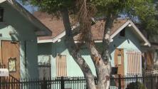 """""""Es triste"""": frustración entre afectados por explosión de pirotecnia en Los Ángeles que no han recibido ayuda"""