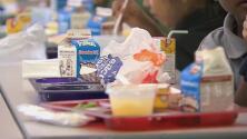 California ofrece el programa de almuerzos escolares gratis más grande de EEUU
