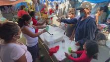 Así es la labor de personas que se encargan de cocinar para cientos de migrantes en un campamento de Tijuana