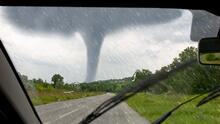 ¿Cómo sobrevivir a un tornado dentro de tu carro?