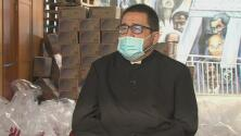 Este sacerdote ayuda a los más necesitados y busca donaciones de comida, ropa y dinero
