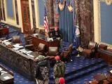 FBI arresta a estudiante de UCLA que se sentó en la silla de Mike Pence durante invasión del Capitolio