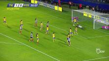 ¡Portera! La guardameta de Tigres evita el gol de la capitana de Monterrey