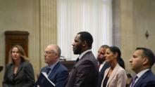 La exnovia del cantante R Kelly lloró al recordar los abusos a los que fue sometida