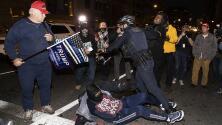 Personas apuñaladas y policías heridos: Las fuertes imágenes de los enfrentamientos entre seguidores de Tump y contramanifestantes