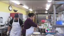 Voluntarios se unen para cocinar este viernes en el Santuario de Nuestra Señora de Guadalupe en Sacramento