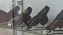 """""""Es un delito bien serio"""": Lanzan campaña de concientización para acabar con la venta de armas a terceros"""