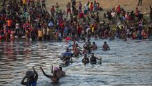 """""""Te tratan como animales"""": las precarias condiciones en las que están miles de migrantes debajo del puente en Del Río"""