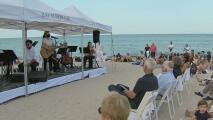Con un concierto en la playa, Bal Harbour rinde homenaje a las víctimas del edificio colapsado en Surfside