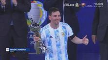 ¿Algo más? Messi recibe dos premios por su actuación en la Copa América