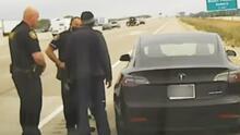 ¿Iba dormido o no? Conductor fue detenido al volante de un Tesla a toda velocidad