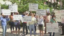 """""""Ya no podemos más"""": cientos de trabajadores sociales en Miami-Dade protestan por falta de pago"""