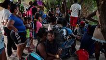 """""""Lo que puedo lograr en Estados Unidos acá lo puedo hacer"""": decenas de haitianos optan por solicitar asilo en México"""