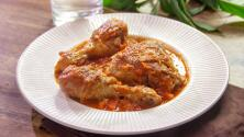 Pollo a la cazadora: lleva vino tinto, salsa de tomate.y verduras