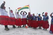 Cholitas escaladoras de Bolivia escalan 5 mil metros ¡para jugar futbol!
