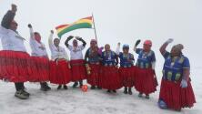 Cholitas escaladoras juegan futbol ¡a 5 mil metros de altitud!