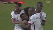 ¿Y la defensa? Afif remata solo en el área chica y pone el 1-0 de Qatar
