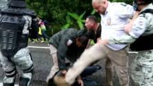 México suspende a dos agentes federales que golpearon y patearon a un inmigrante