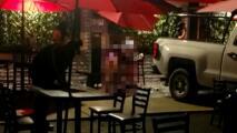 Conductor embiste a clientes de un restaurante bar, dejando un muerto y dos heridos