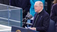 Pidiendo sabiduría para Biden, el sacerdote Leo O'Donovan pronuncia la oración de invocación en la toma de posesión