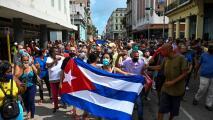 Cubanos salen a las calles para protestar contra el régimen en medio de la crisis económica y sanitaria