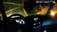 En video: Un policía estrella su patrulla contra una puerta hasta derribarla, para realizar un rescate