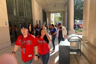 Con más emoción que nunca, los aficionados de los Houston Astros regresan al estadio para alentar a su equipo en la búsqueda de su primer victoria dentro de la Serie Mundial frente a los Atlanta Braves.