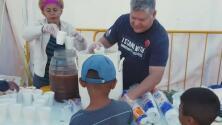 Este veterano del Ejército en Texas lleva comida a migrantes en un campamento a la orilla del Río Bravo
