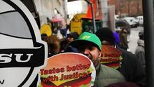 """Ya no habrá """"despidos rápidos"""" (o injustificados) en la industria de comida rápida de Nueva York"""