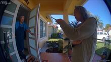 Video muestra el momento en que una anciana saca un cuchillo y amenaza con matar a su vecino