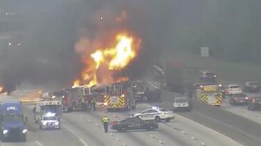 Dos camiones cargados de madera y velas chocan y se incendian en la I-285 cerca del aeropuerto