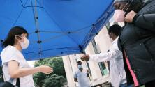 """""""No es justo que para salvarte te tengan que pagar"""": mujer en Nueva York sobre incentivo de $100 a quienes se vacunen"""