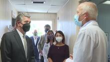 El gobernador Roy Cooper visita clínica que ofrece tratamiento de anticuerpos monoclonales