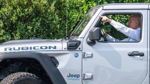 Biden firma una orden ejecutiva para acelerar la fabricación de vehículos eléctricos